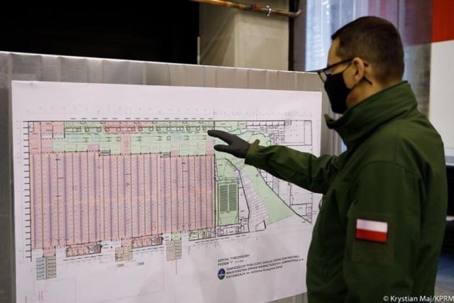 Premier na budowie szpitala tymczasowego w Kielcach / autor: KPRM