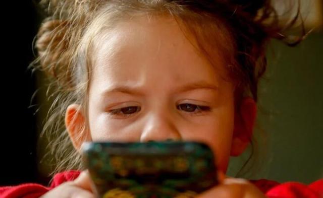 Dzieci do 2. roku życia w ogóle nie powinny być eksponowane na ekrany. Z kolei dzieci miedzy 2. a 6. rokiem życia mogą korzystać z urządzeń ekranowych ok. pół godziny dziennie / autor: Pixabay