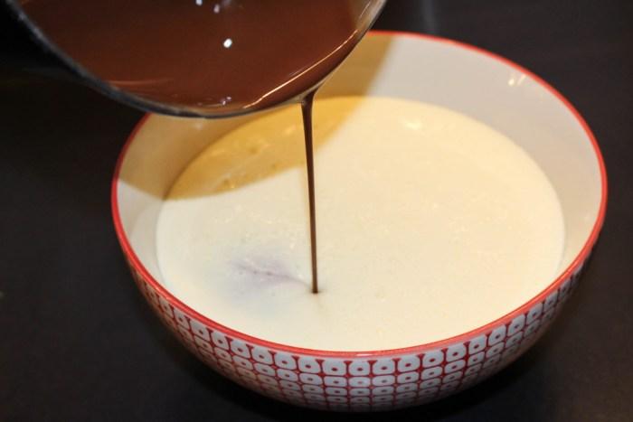 Blanda chokladsmeten med uppvispat ägg och socker.