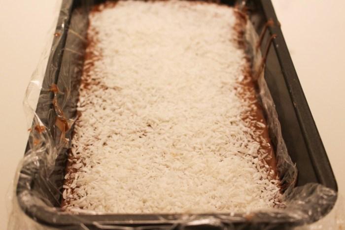 På med kokos och sen in i kylen. Du kanske vill ha på lite nötter eller ingenting alls?
