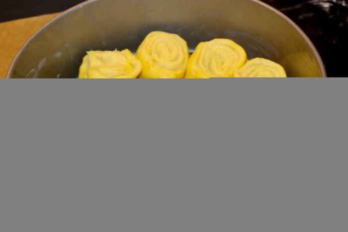 En härlig gul färg av saffranet. De små svarta prickarna är kardemummakärnor. Kommer att dofta och smaka ljuvligt!