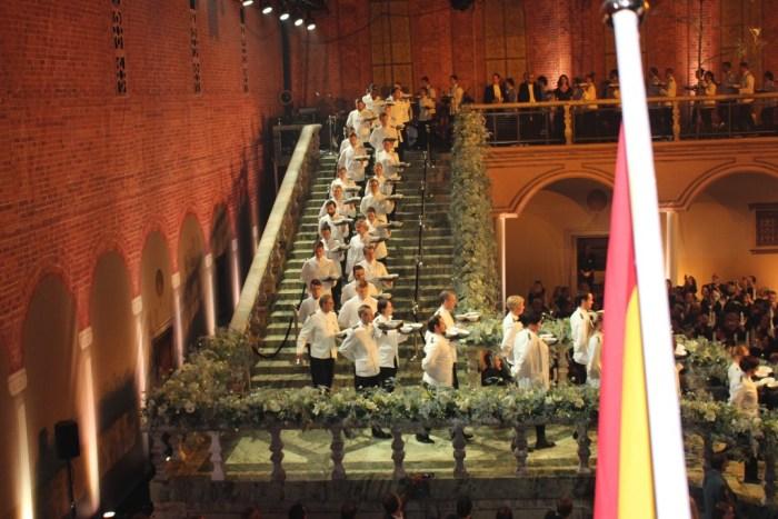 På klockslaget 19.33 gick de 260 servitörerna nedför den specialbyggda trappan med kvällens förrätt.