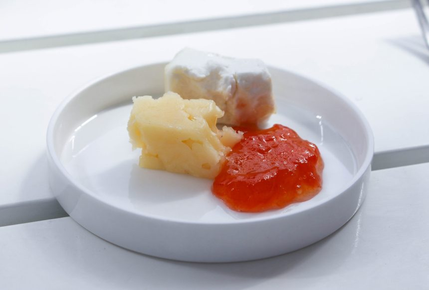 Tomatmarmelad serverad med två olika ostar.