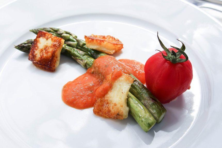 Sparris, stekt halloumi, tomatsås och fylld tomat.