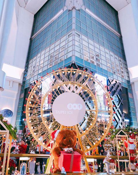 臺北101不斷旋轉的「耶誕禮物夢工廠」超夢幻!聖誕小熊工人、巨型魔法故事書、倒數月曆小屋、7.5公尺高Dior ...