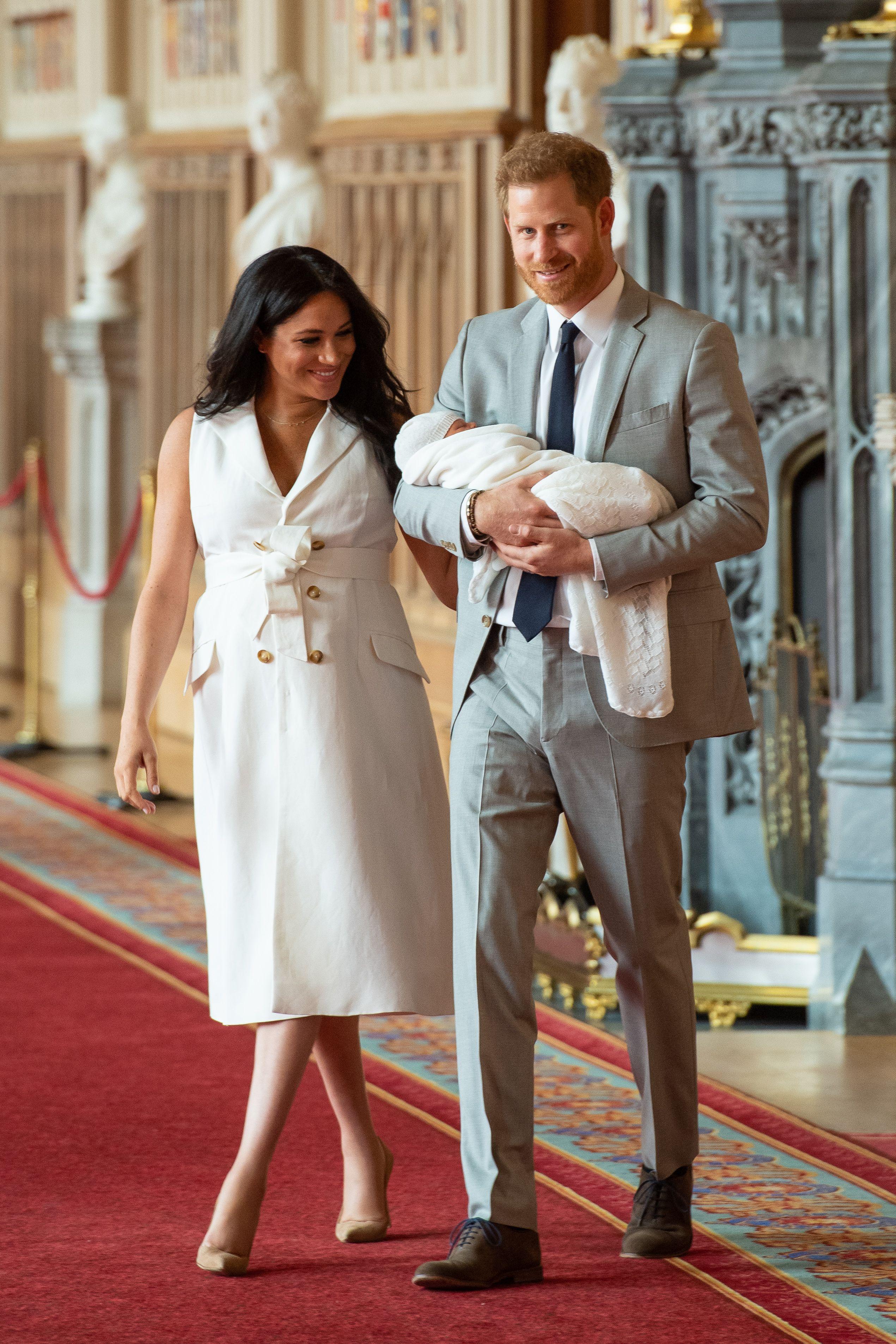 梅根王妃產後帶寶寶首度亮相!英國小王子名字揭曉:「亞契!Archie!」 - Yahoo奇摩時尚美妝