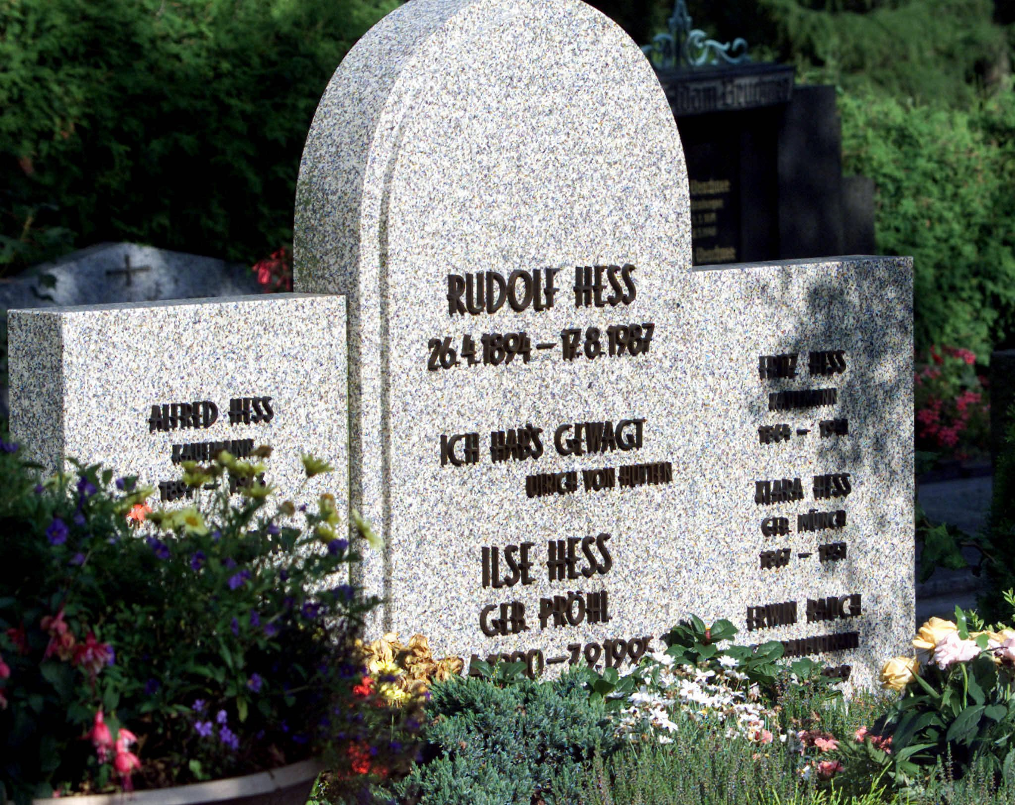 The grave of Adolf Hitler's deputy Rudolf Hess is seen in Wunsiedel in this August 16, 2000 file picture. The grave of Hess, the last member of Hitler's cabinet to have died, has been re-opened and his remains have been removed for cremation, German media reported July 21, 2011. His ashes will be buried at sea at a later stage to stop future neo Nazi demonstrations around the anniversary of Hess' death. REUTERS/Michael Dalder/Files   (GERMANY - Tags: POLITICS SOCIETY)