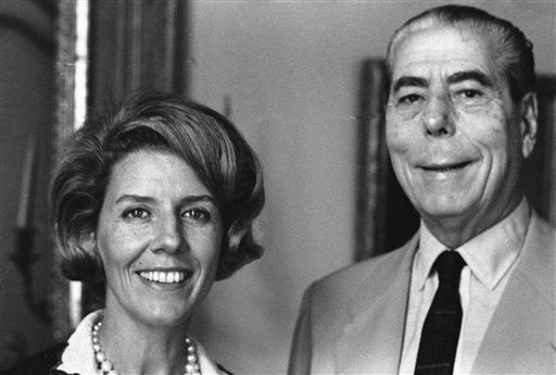 Junto a Alfredo Fortabat en 1965, de quien heredó su fortuna (AP)