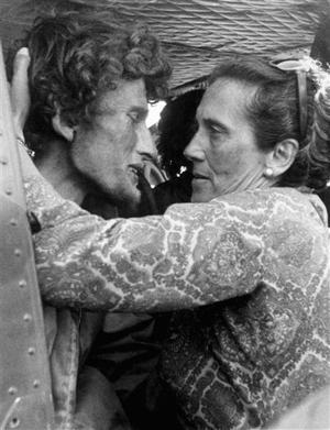 Roy Harley, sobrevivente del alud, junto a su madre (AP)