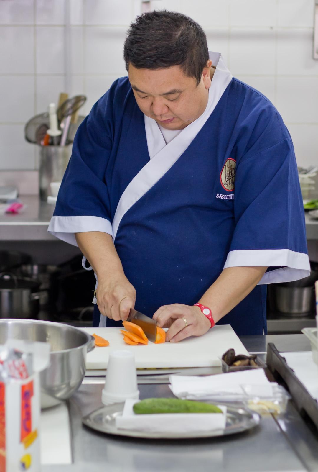Iwao en su cocina, concentradísimo (Foto: Gonzalo Sáenz)