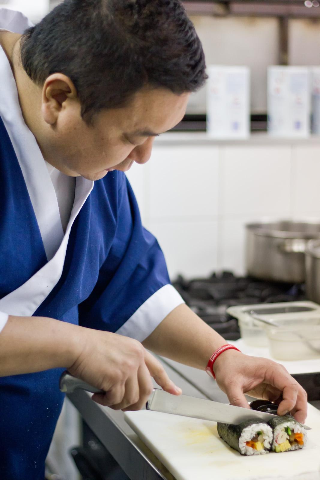 "Iwao preparando un ""futomaki"" (Foto: Gonzalo Sáenz)"