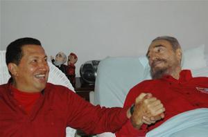 Junto a Fidel, en una foto difundida por Granma, mientras se recuperaba de una operación (AP)