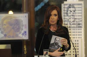 La Presidenta, con el libro de Valenzuela y Sanguineti (Télam)
