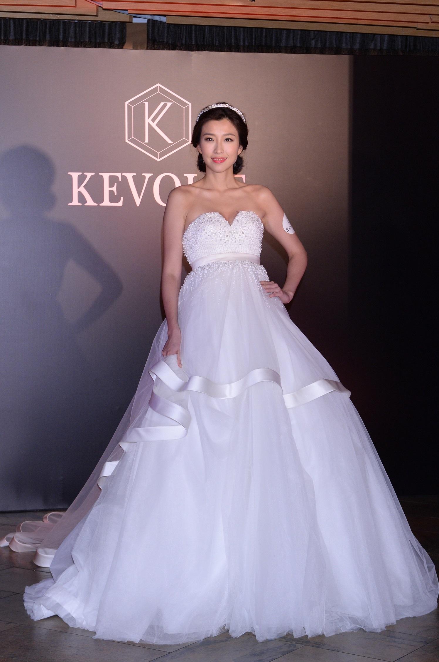 「胡說百道會」首次同場行婚紗秀 - Yahoo Style 香港