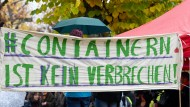 Protest bei Einreichung der Verfassungsbeschwerden in Karlsruhe im vergangenen Herbst.