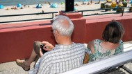 Rentner im vergangenen Sommer am Strandbad von Binz.