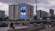 Präsident im Bild:Analysten sehen als Folge der Politik von Wladimir Putin weiter Lasten für die russische Wirtschaft.