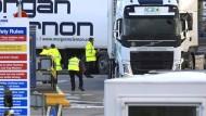 Zollbedienstete kontrollieren im Januar 2021 nach dem Brexit-Abkommen Fahrzeuge am Hafen von Larne an der Nordküste Nordirlands.