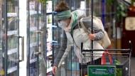 Bei niedriger Inzidenz muss künftig in Sachsen keine Maske im Supermarkt getragen werden.