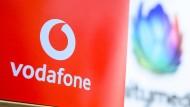 Das Vodafone-Logo vor einem verschwommenen Unitymedia-Logo. Vodafone stellt die Marke Unitymedia ein.
