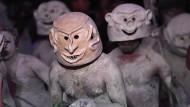 Sein Maskenspiel treibt der Erzähler in Papua-Neuguinea.