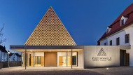 Kulturhalle in Berching: Schmuckstück unter Schwarzkieferbrettern