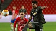 Manchester Uniteds Marcus Rashford setzt sich im Duell gegen Victor Diaz durch.