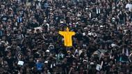 Die gelbe Regenjacke als neues Symbol des Protestes: Demonstranten erinnern an den jungen Hongkonger, der in einem solchen Kleidungsstück in den Tod gesprungen ist.