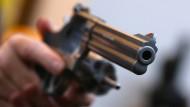 Blick in die Mündung eines Revolvers (Symbolbild)
