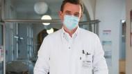 Maske auf! Clemens Wendtner rät zum Mund-Nasen-Schutz.