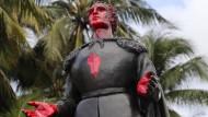 Eine Statue von Christoph Kolumbus im Bayfront Park ist mit roter Farbe und dem Symbol einer Faust bemalt.