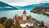 Na, der Herkunftsort von Roland Reichen sieht ja gar nicht so unprächtig aus: Blick über Schloss Spiez auf die Berge des Berner Oberlands