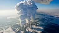 Im Fokus der Klimaschützer: Braunkohlekraftwerke, wie das von Vattenfall im brandenburgischen Jänschwalde mit ihren wasserdampfspeienden Kühltürmen