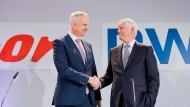 Auf einer Pressekonferenz im März 2018 geben sich Rolf Martin Schmitz (rechts), Vorstandsvorsitzender von RWE, und Johannes Teyssen, Vorstandsvorsitzender von Eon, die Hände.