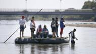 Menschen überqueren Mitte Januar den Fluss Suchiate, die Grenze zwischen Guatemala und Mexiko.
