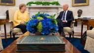 Harmonische Atmosphäre: Angela Merkel zu Besuch bei Joe Biden im Oval Office.