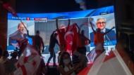 Anhänger des türkischen Nationalisten Ersin Tatar (l.) freuen sich über dessen Wahl in Nordzypern.