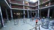 Bauarbeiter sind im Untergrund der Baustelle für das Projekt «Four» bei Betonagearbeiten für Geothermie-Leitungen im Einsatz.