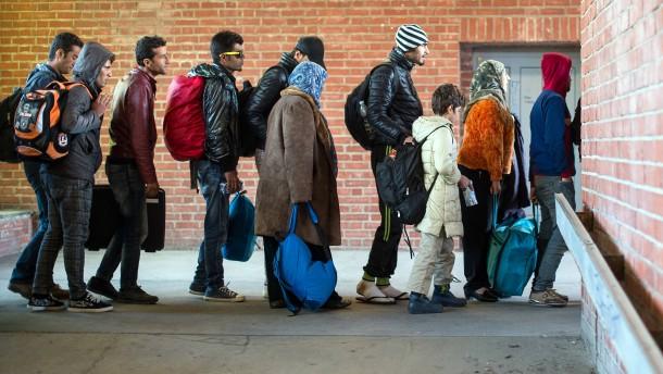 © dpa Die Zeit der langen Schlangen ist vorbei: Flüchtlinge warten im Herbst 2015 vor Erstaufnahme in Brandenburg.