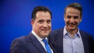 Der griechische Politiker und stellvertretende Vorsitzende der liberal-konservativen Partei Nea Dimokratia  Adonis Georgiadis (links) mit dem Vorsitzenden Kyriakos Mitsotakis (rechts).
