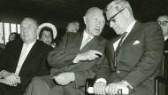 Streit um die Aufwertung der D-Mark: Bundeskanzler Konrad Adenauer und Bundesbankpräsident Karl Blessing im Jahre 1960