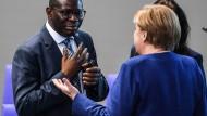 Karamba Diaby mit Angela Merkel am Donnerstag im Bundestag.