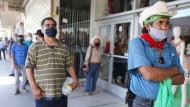 Während der Corona-Pandemie arbeitslos gewordene Amerikaner warten in der Nähe der Grenze zu Mexiko in Kalifornien darauf, einen Antrag auf staatliche Hilfe ausfüllen zu können.