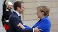 Der französische Präsident Emmanuel Macron empfängt im Juli 2017 Bundeskanzlerin Angela Merkel.