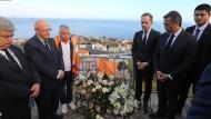 Außenminister Heiko Maas (3. von links) und seine portugiesischer Kollege Augusto Santos Silva (2. von links) an der Unfallstelle