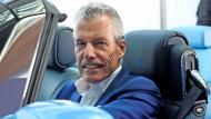 Torsten Müller-Ötvös sitzt am Steuer eines Rolls-Royce