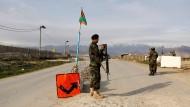 Ein Soldat an einem Checkpoint außerhalb der Haftanstalt Parwan in Bagram