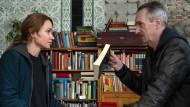 Lektüre gefällig? Sarah Kohr (Lisa Maria Potthoff) will von dem ehemaligen Terroristen Reinhard Selig (Stephan Bissmeier) etwas anderes als Secondhandware.