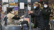 Jeder nur eine Maske: In diesem Wiener Supermarkt wird die Anordnung schon umgesetzt.