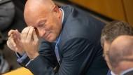 Eine Glatze, die in der eigenen Geschichte dann doch nicht so richtig aufpasste: Thomas Kemmerich im Thüringer Landtag am 4. März 2020, als sein Vorgänger Bodo Ramelow zu seinem Nachfolger gewählt wurde